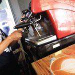 SENSASI SERU: Barista sedang meracik kopi di Café Motorage, Depok Town Square, Jalan Margonda Raya. Ahmad FAchry