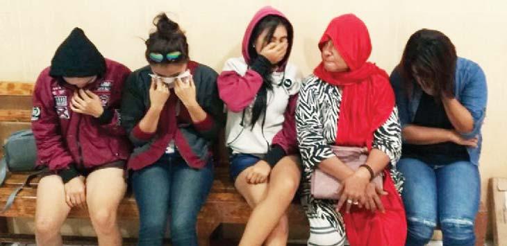 MALU: Korban eksploitasi anak di bawah umur bersama mucikarinya bernama Evi di kantor Polresta Depok, jumát (20/4/18). Irwan/Radar Depok