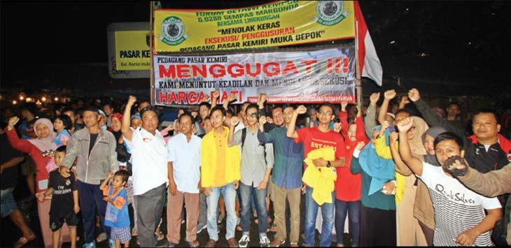 SIAGA: Sejumlah pedagang berkumpul saat berada di posko yang mereka buat untuk siaga menjelang eksekusi lahan Pasar Kemiri Muka, Kecamatan Beji, Rabu (18/4/18) malam. Ahmad Facry/Radar Depok