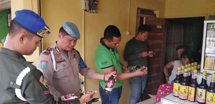 RAZIA: Polisi mendatangi toko jamu dan ditemukan berbagai jenis minuman keras. Gani/Radar Karawang