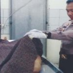 MELIHAT JENAZAH JAMBRET: Kapolres Karawang AKBP Hendy F Kurniawan melihat jenazah Jani (20), yang tewas ditembus timah panas karena melawan petugas di RSUD Karawang, belum lama ini.