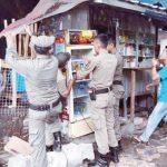BONGKAR : Anggota Satpol PP saat menertibkan bangunan semipermanen. Aji Hendro/Metro Depok