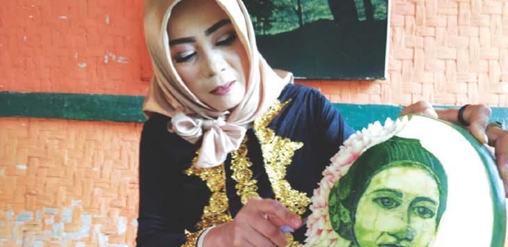 PEMAHAT BUAH: Tika Garnish Wanita Cantik Pengukir Buah. Sesuai dengan moment Hari Kartini, Tika memperlihatkan hasil karyanya berupa buah sedangkan yang diukir dengan wajah R. A Kartini lengkap dengan corak bunga teratai. Panji/Radar Sumedang