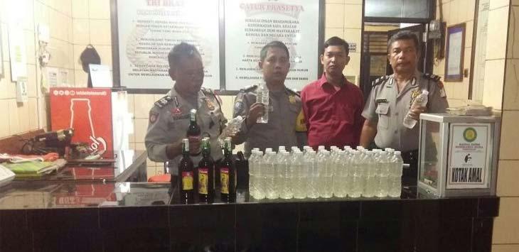 RAZIA: Kepolisian Sektor Pamanukan amankan puluhan liter barang bukti minuman keras ilegal, Subang, Selasa (10/4/18). Ist