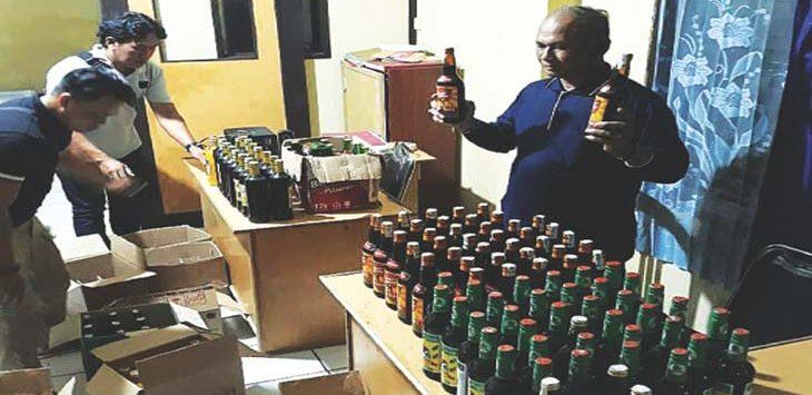 BARBUK: Polsek Cimanggung berhasil menyita ratusan botol miras dalam gelar operasi selama tiga bulan terakhir ini.