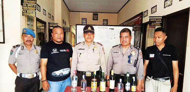 BARBUK MIRAS: Polsek Rancakalong berhasil mangamankan ratusan botol miras dari hasil operasi dalam upaya menangkan terjadikan kasus oplosan. TOHA HAMDANI/RADAR SUMEDANG