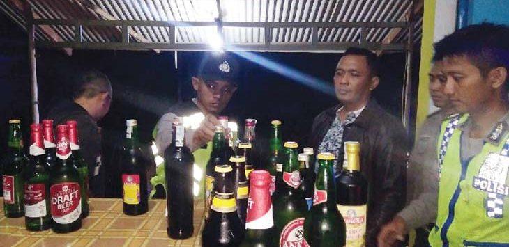 PDISITA: Polisi mengamankan barang bukti minuman keras dari warung jamu di Purwakarta. Gani/Radar Karawang