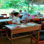 Para siswa SDN Mutiara di Desa Cibeber II, Kecamatan Leuwiliang, tetap semangat walaupun belajar di bawah terpal.