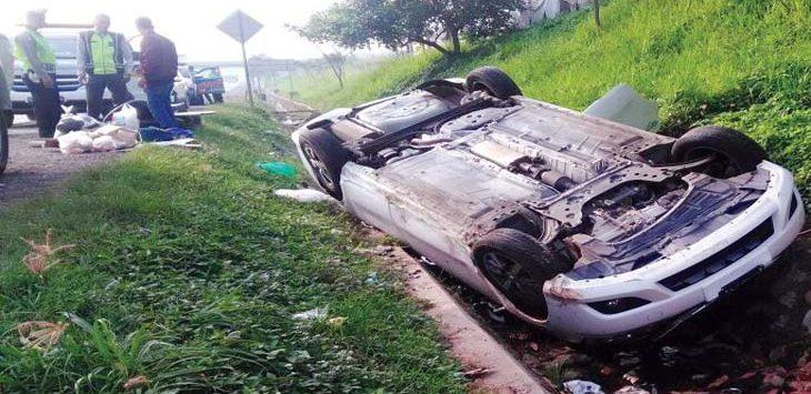 TERBALIK: Kondisi mobil yang terguling setelah ditabrak satu mobil lainnya. Gani/Radar Karawang