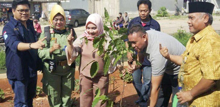 Ketua Barisan Relawan Tri Adhianto (BATAS) Iant Sugianto (kiri) bersama calon wakil walikota Bekasi Tri Adhianto saat acara penanaman pohon.
