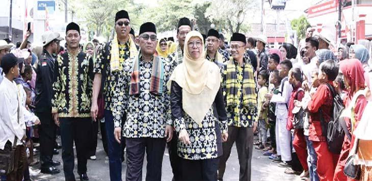 BANGGA: Walikota Depok Mohammad Idris didampingi istrinya Elly Farida dan bersama kepala OPD dalam pawai MTQ ke-35 tingkat Provinsi Jawa Barat 2018 di alun-alun Kabupaten Sukabumi, Sabtu (14/04/18). Ist
