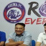General Manager Arema, Ruddy Widodo (tengah) siap menerima putusan Komdis dengan sejumlah parameter./Foto: via Jawapos.com.