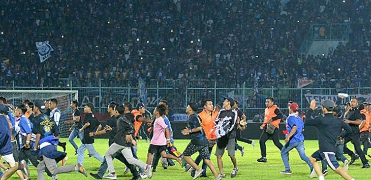 RUSUH - Sejumlah penonton Aremania merangsek masuk ke dalam lapangan di laga Arema FC kontra Persib Bandung (simamaung.com)