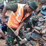 Anggota Kodim 0603 Lebak saat bersama masyarakat membangun jalan penghubung dua kecamatan pada TMMD ke 101./Foto: Ade