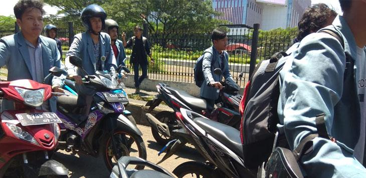 Sejumlah mahasiswa mendorong motor sejauh 6 meter ke depan pertamina Kota Bandung, Jalan Wirayuda Timur, Rabu (4/4/2018) siang./Foto: Ikhsan