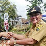 PEDULI: Camat Gekbrong Adang Sumariyadi memberikan piala kepada pemenang perlombaan dalam rangka memperingati Hari Kartini. Foto: Fadilah Munajat/Radar Cianjur