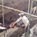 Pembangunan proyek irigasi Cipeueut, Desa Wangunreja, Kecamatan Nyalindung disoal warga karena diduga tidak sesuai dengan spesifikasi.