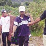 PRIHATIN : Sejumlah warga Desa Bojong Jengkol, Kecamatan Jampangtengah, saat menggotong ibu hamil menggunakan kain sarung, untuk dibawa ke Puskesmas Jampangtengah