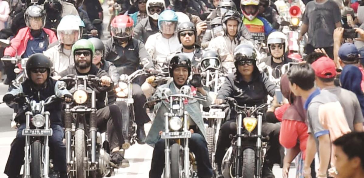 Jokowi saat mengendarai Chopperland emas miliknya di Sukabumi