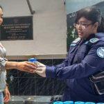 Seorang wanita warga binaan Lapas Paledang menyerahkan urine kepada petugas BNN./Foto: Adi