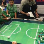 REBUTAN BOLA: Lomba soccer robot menuntut agar setiap robot milik peserta mampu mencetak gol sekaligus mempertahankan gawangnya dari serangan lawan.