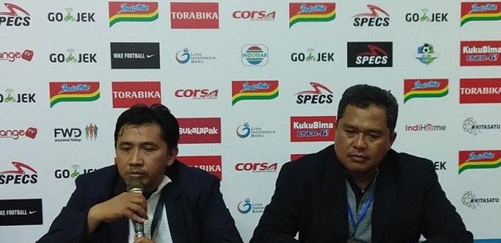 Media Officer Arema FC Sudarmaji dan Ketua Panpel Abdul Haris saat konferensi pers usai pertandingan, Minggu (15/4)./Foto via Jawapos.com