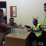 Beberapa botol minuman keras jenis tuak saat diamankan satuan Polres Cirebon Kota. Foto: Alwi