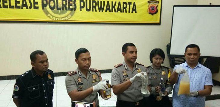 Polres Purwakarta tunjukkan sejumlah miras hasil operasi gabungan, Sabtu (21/4/2018)./Foto: via Rmol.co.