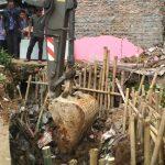 PUPR bersama pengelola Pasar Jambu Dua melakukan perbaikan drainase di Pasar Jambu Dua, Kamis (19/4/2018)./Foto: Adi