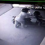 Dugaan pencurian sepeda motor di samping Kantor Dinas Sosial, Kamis (19/4/2018)./Foto: Istimewa
