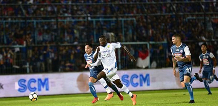 Pertandingan Arema FC dan Persib Bandung terpaksa dihentikan di menit 90+3 saat skor imbang 2-2 menyusul keributan penonton yang masuk ke dalam lapangan. (persib.co.id)