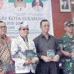 KOMPAK: Sejumlah tamu undangan Konferensi Kerja III PGRI Kota Sukabumi foto bersama setelah mendapatkancindera mata karya literasi Ketua PGRI Dudung Nurullah Koswara di Aula Bank bjb Cabang Sukabumi, Sabtu (21/4).