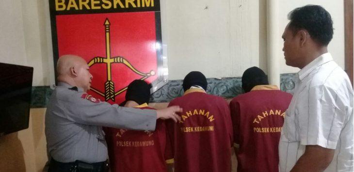 Tiga orang kelompok geng motor Konack saat ditangkap kepolisian sektor (Polsek) Kedawung. Foto: Alwi