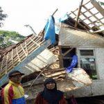 Rumah Aminah ambruk diterjang angin