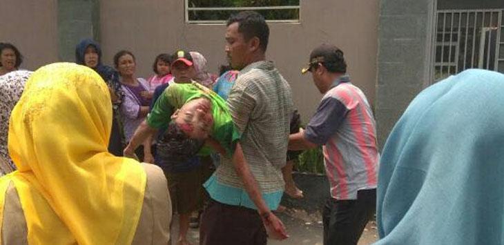 Kepolisian dibantu warga saat mengevakuasi korban. Foto: Dede