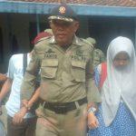 Remaja belasan tahun saat diamankan petugas Satpol PP di hotel kelas melati depan stasiun Kejaksan Kota Cirebon. Foto: Alwi
