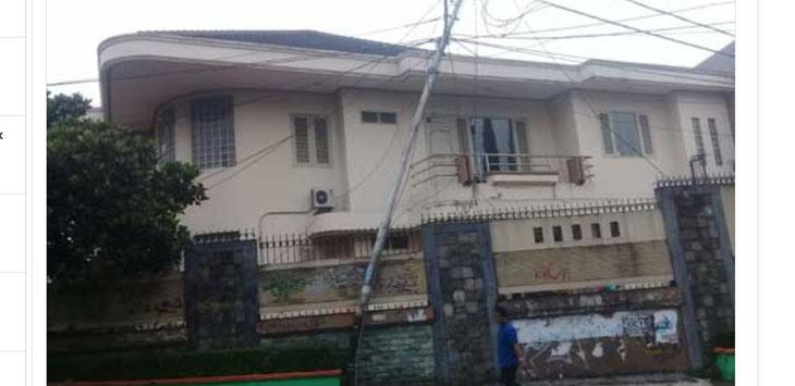 Salah satu tiang listrik di Jalan Suryakencana, Kelurahan Selabatu, Kecamatan Cikole, Kota Sukabumi terancam ambruk