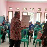 PROGRAM KB: Petugas dari Badan Keluarga Berencana dan Pemberdayaan Perempuan (BKBPP) beri penyuluhan.