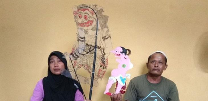 Kedua orang tua Az-Zikri, korban reruntuhan tembok gedung tua, Sadilah dan Aminah menunjukkan wayang karya buatan Az-Zikri./Foto: via Jawapos.com