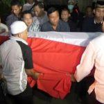 Suasana di rumah duka Briptu Fandi Jatirangga Bekasi, saat jenazah hendak dipulangkan ke kampung halaman, Magelang, Rabu (09/05/2018). Foto: Muhammad Yakub/Pojokbekasi