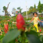 Seorang anak bermain di taman di Cikarang Utara. Foto : Dokumentasi