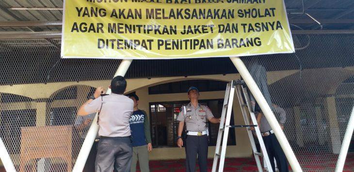 Perketat penjagaan jelang Salat Jumat di Mako Mapolrestabes Bandung./Foto: via rmoljabar