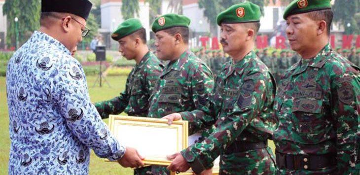 PRESTASI: Wakil Walikota Depok Pradi Supriatna memberikan penghargaan kepada delapan Babinsa Kodim 0508/Depok dalam acara pering Harkitnas 2018 di Lapangan Balaikota Depok, Senin (21/5). Irwan/Radar Depok
