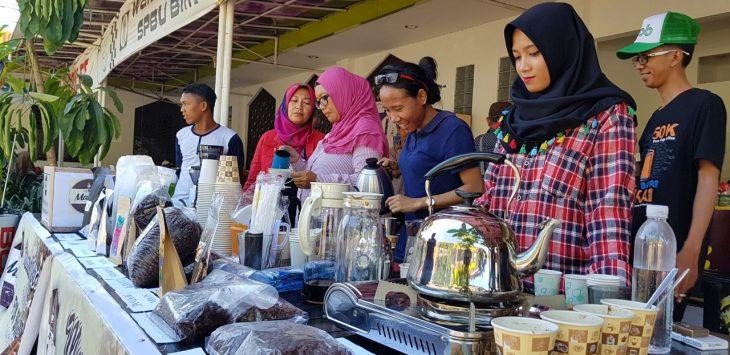 Barista saat menyeduh kopi pesenan masyarakat. Foto: mik/pojokjabar.com