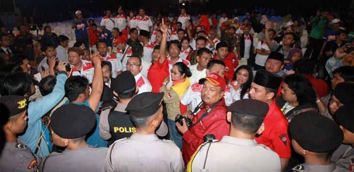 RICUH: Massa pendukung pasangan Hasanah memprotes salah satu pernyataan yang diungkapkan pasangan Sudrajat-Ahmad Syaikhu terkait Gantipresiden2019.