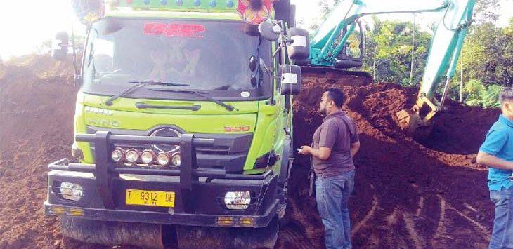 TERHENTI: Aktivitas penambangan tanah merah ilegal terhenti setelah didatangi Satreskrim Polres Purwakarta. Sejumlah barang bukti dan saksi diamankan pihak kepolisian. Gani/Radar Karawang