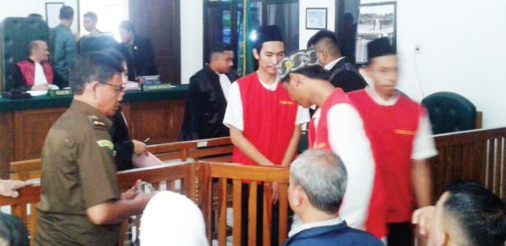 TERDAKWA: Kelima terdakwa penjarah warteg saat melakukan persidangan di PN Depok. RUBIAKTO/Radar Depok