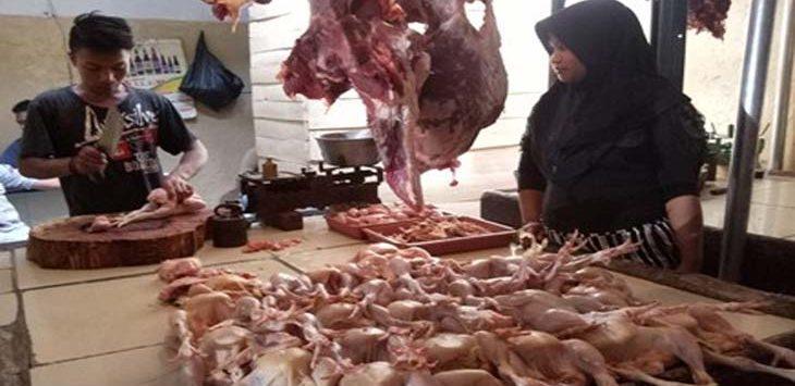 PENJUALAN: Saat ini harga daging ayam potong di Pasar Jalancagak naik jadi Rp 42.000/kg, sebelumnya Rp 34.000/kg. MOHAMAD ANWAR/RADAR BANDUNG