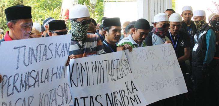 DEMO: Sejumlah masa aksi yang tergabung dalam Hiwapa saat berunjuk rasa menuntut keadilan untuk permasalahan HGB Pasar Sandang Sumedang, Senin (14/5). Panji/Radar Sumeadang