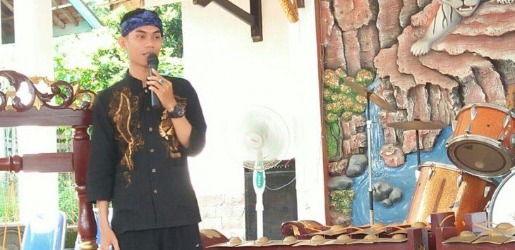 Abay Cakra Buana (Ketua Gema Sunda Cibatu) saat memberikan  Sambutan pembukaan sanggar Puspa Kencana.